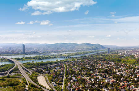 Brigittenauer Brücke와 비엔나와 그것의 다뉴브 강의 명확하고 상세한 파노라마