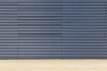 grate: Grigio chiaro e blu muro di grigliati metallici Archivio Fotografico