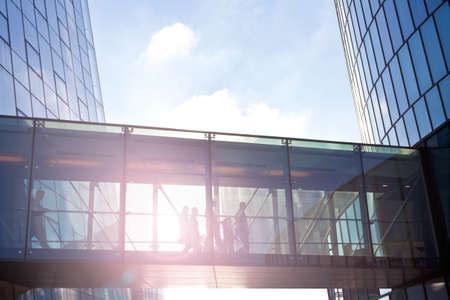 현대 오피스 빌딩의 전환을 사용 하여 인식 할 수없는 비즈니스 사람들의 실루엣.