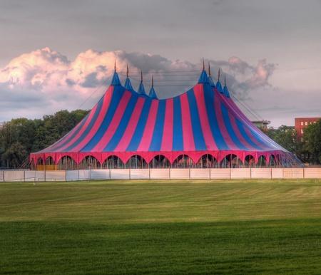 circo: Festival carpa sobre césped en el Parque