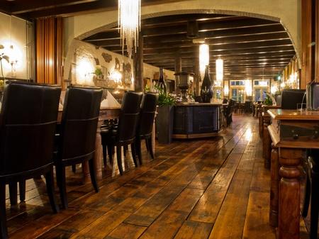 Interno di un ristorante d'epoca durante la notte Archivio Fotografico - 12262273
