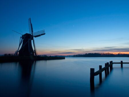 molino de agua: Un molino de viento tradicional holandesa durante el crepúsculo