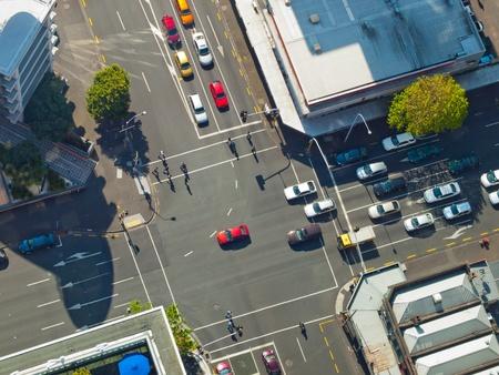 cruce de caminos: Escena de la ciudad de cruce con semáforo, visto desde arriba