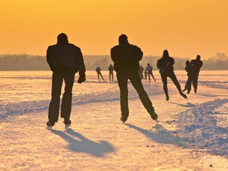 schaatsen: Schaatsers op een nederlandse meer gezien op de rug tijdens de Elfstedentocht Stockfoto