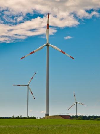 windfarm: Turbinas de viento en un parque e�lico en la cima de una colina en Alemania