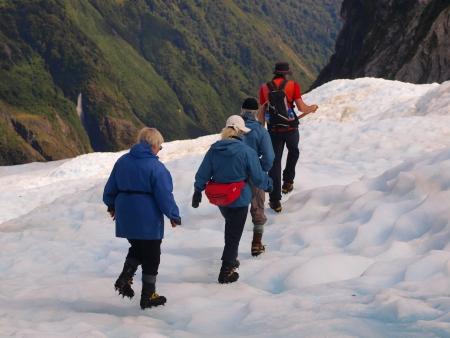 franz josef: Turistas en el hielo azul en el glaciar Franz Josef, costa oeste, Nueva Zelanda