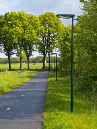 LED-Straßenbeleuchtung entlang eines Cycling Track mit Low Dispersal Light Pollution, Ideal für die Migration von Fledermäusen und anderen Night Life Standard-Bild