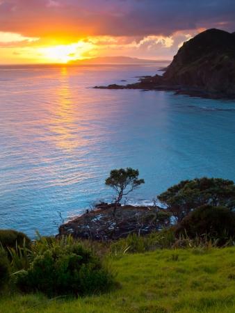 Sonnenaufgang über dem Pazifischen Ozean von Cape Reinga, North Island, Neuseeland gesehen