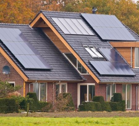 Pannelli solari fotovoltaici sulla Nuova costruzione Casa Moderna Archivio Fotografico - 21844057