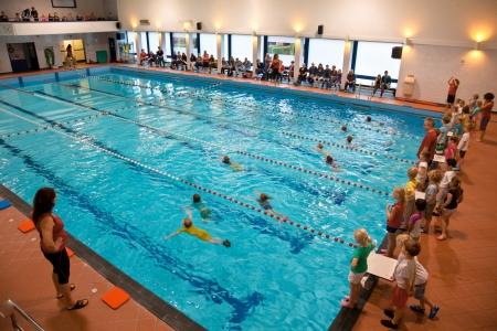 Groep van jonge kinderen tijdens hun school zwemles Examen