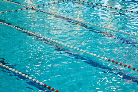 invitando: Invitando turquesa piscina con l�neas Foto de archivo