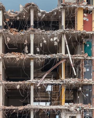 Stukken van metaal en steen afbrokkelen van gesloopte gebouw Vloeren
