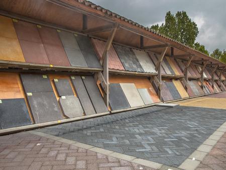 clinker tile: Visualizaci�n de los adoquines y el camino de ladrillos en una tienda lote de piedras Editorial