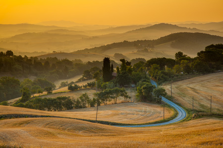 toskana: Tuscany Village Landscape near Florence on a Foggy Morning, Italy