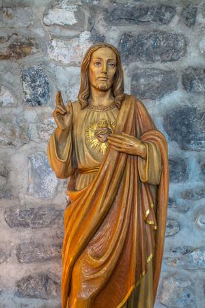 sacre coeur: Sculpture sur bois de Le Seigneur contre le mur