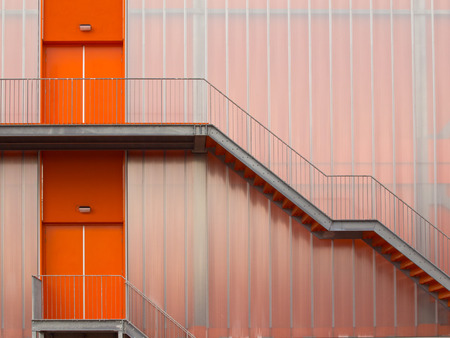 salle de sport: Feu escalier de secours � l'ext�rieur d'une salle de sport moderne