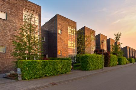 Straat met moderne huizen in een buitenwijk Stockfoto