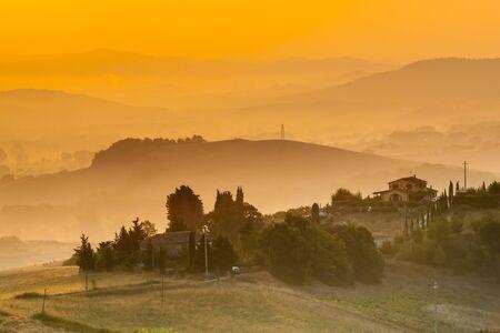 Toscane Landschap van het Dorp in de buurt van Florence op een mistige ochtend, Italië