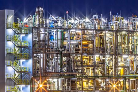 Scena di notte di dettaglio di un pesante impianto chimico industriale con mazework di tubi in crepuscolo Archivio Fotografico - 35171985