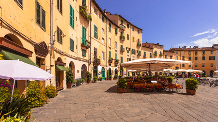 The Famous Oval City Square on a Sunny Day in Lucca, Tuscany, Italy Stockfoto