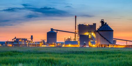 industrial landscape: Parte di una pesante zona chimico industriale con colori fantasia surreali a crepuscolo