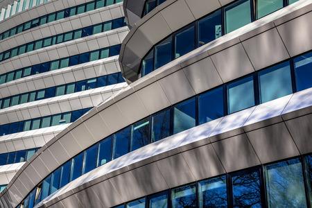 近代的なオフィスビルの幾何学的設計のアーキテクチャの詳細 写真素材