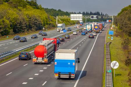 右手側の夜高速道路 A12 高速道路上のトラフィック。オランダで最も活発な高速道路の 1 つ