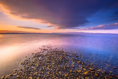 Vier elementen water aarde, lucht en vuur gecombineerd in een zonsopgang bij de mediterrane eiland Lesbos, Griekenland