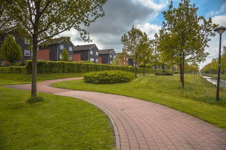 clase media: Fila de Modern Media casas de clase en un Parque Ecol�gico Gestionado con Selectivo de siega R�gimen