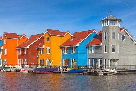 フローニンゲン、オランダの様々 な色のウォーター フロントの家 写真素材