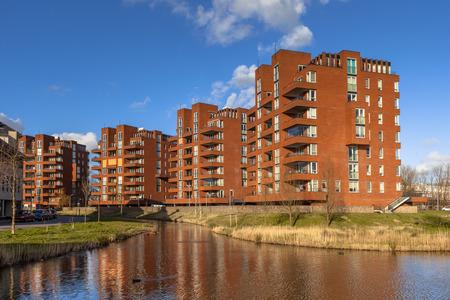 オランダ、デルフトの街で退職のアパート マンション複合ビル 写真素材