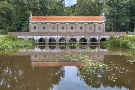 Beroemde Sluis huis of schuivenhuisje bij Almelo Nordhorn kanaal in Twente