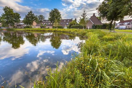 Eco friendly Seeufer mit sanften Hang, um das Wachstum von Wildblumen und Sumpfvegetation in einem Freizeitpark in Soest, Niederlande stimulieren Standard-Bild - 38531857