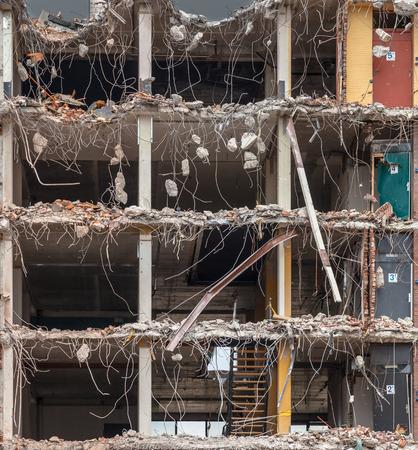 derrumbe: Fondo de demolición con piezas de metal y la piedra se están desmoronando desde Derribado Edificio Pisos Foto de archivo