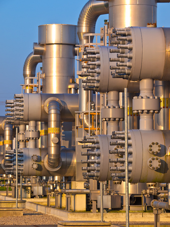 yacimiento petrolero: De cerca los detalles de bridas de tuberías y válvulas de una planta de la industria química