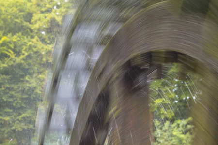 molino de agua: Cerca de una rueda de paletas girando en un molino de agua en el castillo de Singraven en Dinkelland, Pa�ses Bajos