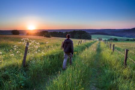 persona caminando: Persona que camina hacia la libertad Concepto