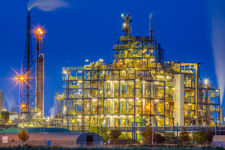 Night scene of an Industrial Chemical plant framework with a maze of tubes and pipes during twilight Standard-Bild