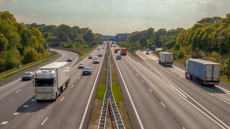 Rechterkant Avond Verkeer op de snelweg A12 via de Veluwe bos. Eén van de bussiest snelwegen in Nederland Stockfoto