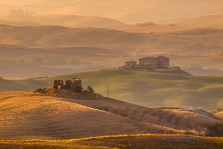 toskana: Sunrise over Farms in Hilly Countryside in Tuscany, Italy Stock Photo