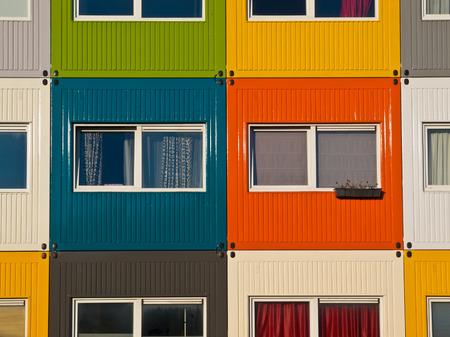 kleurrijke lading containers gebruikt als naar huis door studenten op huisvesting probleem op te lossen