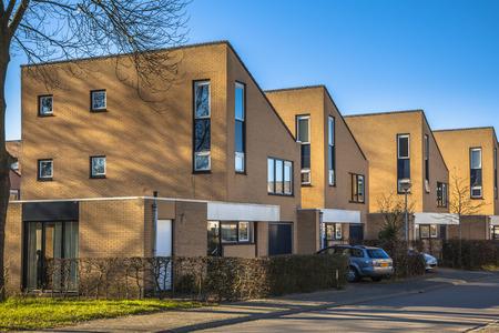 middle class: Casas unifamiliares urbanas en un barrio suburbano cerca de Groningen, Países Bajos