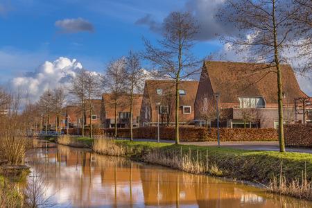 clase media: Casas adosadas familia de clase media en una zona urbana ecológico natural en invierno, Groningen, Países Bajos
