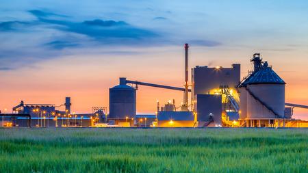 paesaggio industriale: Parte di un pesante zona industriale chimica con favolosi colori mistiche e luci in penombra