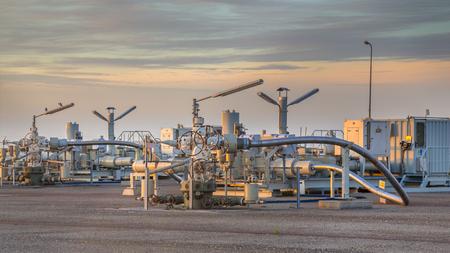 Aardgas productie-installatie in de Waddenzee met pijplijn kleppen Stockfoto