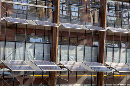 Alternatieve manier van het gebruik van zonnepanelen op de voorkant van een kantoorgebouw als een oplossing voor Global Warming Stockfoto