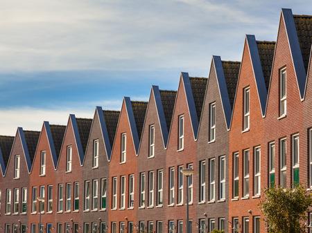 in row: Fachadas de casas Modern Family inmobiliarios en una fila