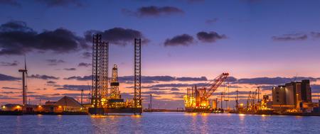 Panorama des plates-formes pétrolières en cours de construction dans un port sous beau coucher de soleil Banque d'images