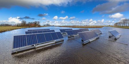 Groepen Drijvende zonnepanelen op ongebruikte waterlichamen kan een serieus alternatief vormen voor de grond gemonteerde zonne-energie systemen Stockfoto