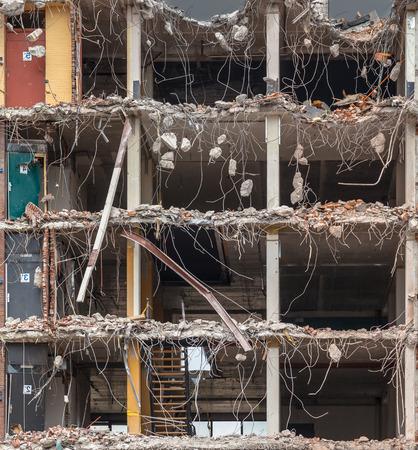 pared rota: Demolición del edificio de fondo con trozos de metal y la piedra se desmoronan de edificio demolido Suelo